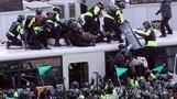 경찰, 탄핵 반대 집회서 폭행 휘두른 7명 검거…경찰 버스...