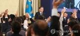 문재인 대통령 향한 질문세례…無각본 기자회견