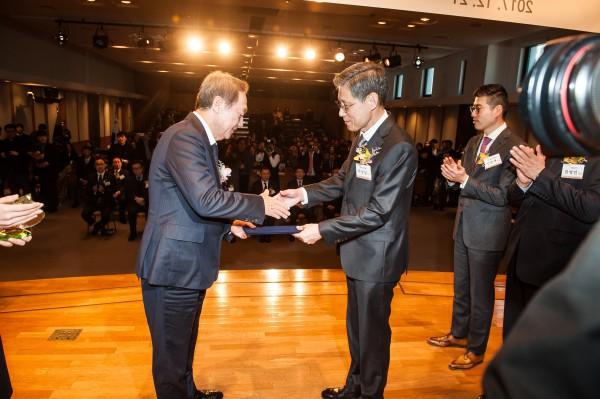 파크시스템스 박상일 대표가 매경미디어그룹 장대환 회장으로부터 제14대 대한민국 신성장 경영대상 매경미디어그룹 회장상 표창을 수상하고 있다.