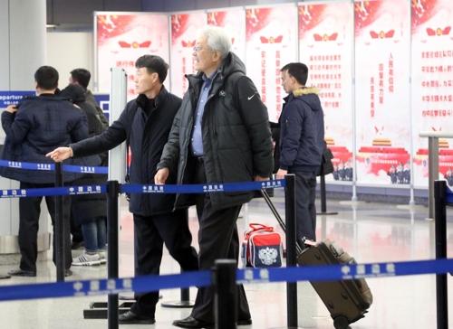 평양으로 출국하는 장웅 북한 IOC 위원 / 사진=연합뉴스