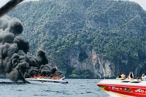 피피섬 인근에서 폭발한 쾌속정 / 사진=연합뉴스