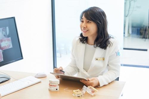 전소희 원장이 치아교정 상담을 하고 있다.