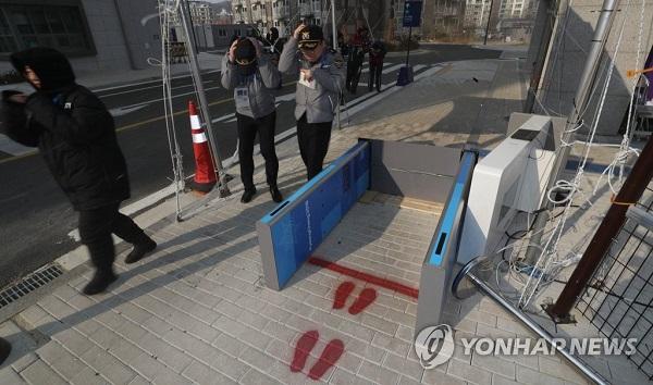 강풍에 쓰러진 검색대 /사진=연합뉴스