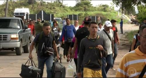 브라질 국경을 넘는 베네수엘라 난민들/ 사진=연합뉴스