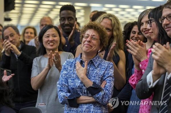 퓰리처 상을 받고 좋아하는 뉴욕타임스 직원들/사진=연합뉴스