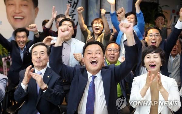 환호하는 윤준호 후보 캠프 /사진=연합뉴스