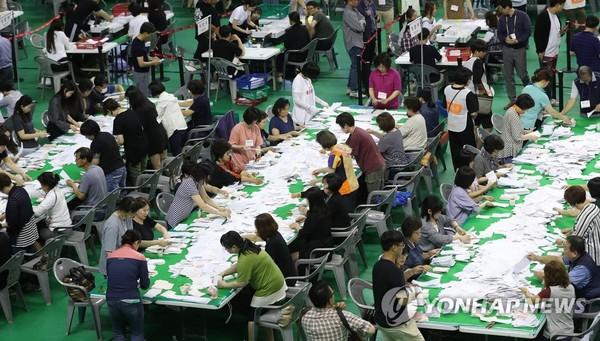 투표용지 세고 있는 개표사무원들 /사진=연합뉴스