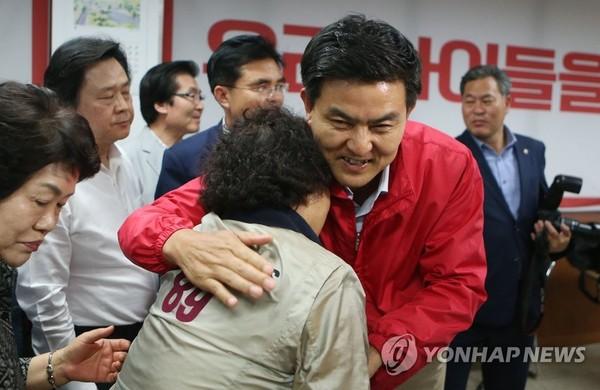 김태호 선거사무실 방문 / 사진=연합뉴스