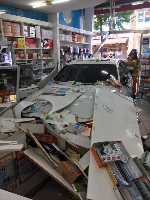 약국으로 돌진하는 차량/사진=경기도재난안전본부 제공