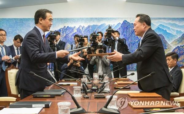 공동보도문 교환하는 조명균-리선권/사진=연합뉴스