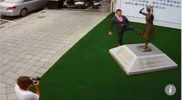 대만의 소녀상에 발길질하는 일본 극우인사 /사진=SCMP 홈페이지 캡처