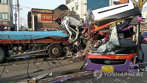 화물차-통근버스 충돌 현장 / 사진=연합뉴스