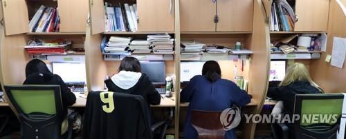 학원에서 자습하는 수험생들 / 사진=연합뉴스