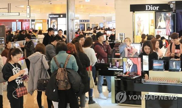 쇼핑하는 사람들/사진=연합뉴스