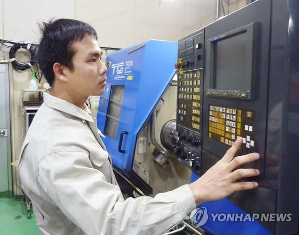 日 공장에서 일하는 베트남 노동자/사진=연합뉴스