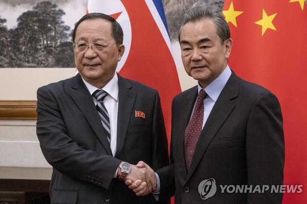 리용호 북한 외무상과 왕이 중국 외교부장/사진=연합뉴스