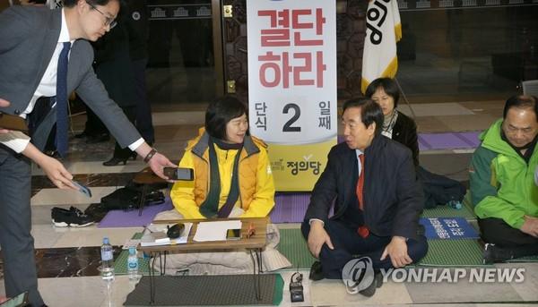 이정미 대표 찾아간 김성태 원내대표/ 사진=연합뉴스
