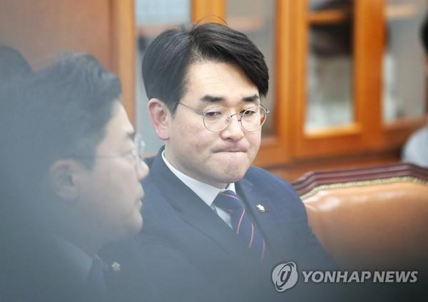 소위 개의 기다리는 박용진 의원/ 사진=연합뉴스