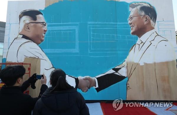 악수하는 남북정상 미술작품 설치/사진=연합뉴스