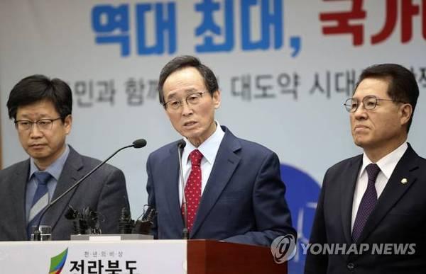 2019년 정부 예산 확보 설명하는 송하진 전북도지사(가운데)/사진=연합뉴스