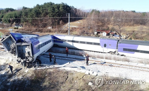 처참하게 꺾인 KTX 열차/ 사진=연합뉴스