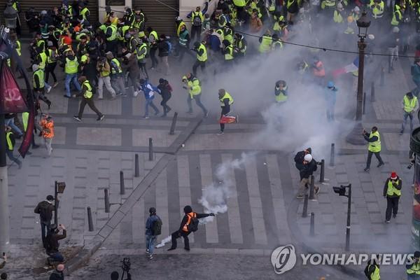 8일 아침 파리 샹젤리제 거리의 노란 조끼 시위/사진=연합뉴스