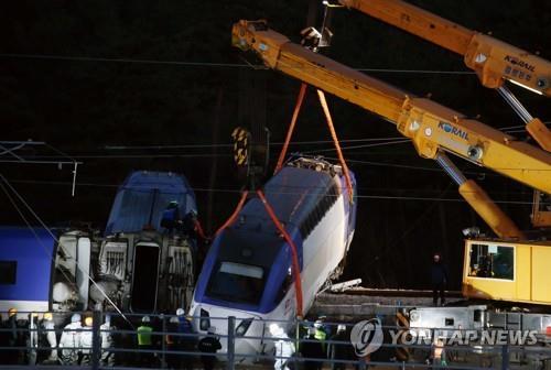 KTX 탈선 열차 야간 복구작업/사진=연합뉴스