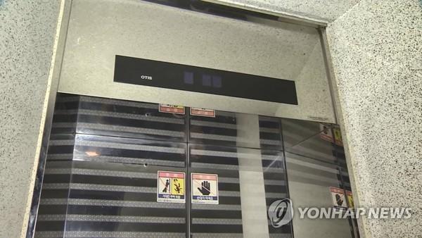 정전으로 멈춘 엘리베이터/사진=연합뉴스