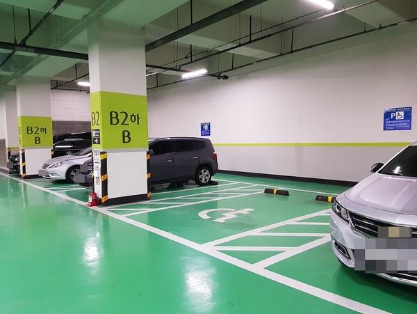 장애인 전용주차구획 한 곳만 비어 있는 서울의 한 공영주차장/사진=MBN
