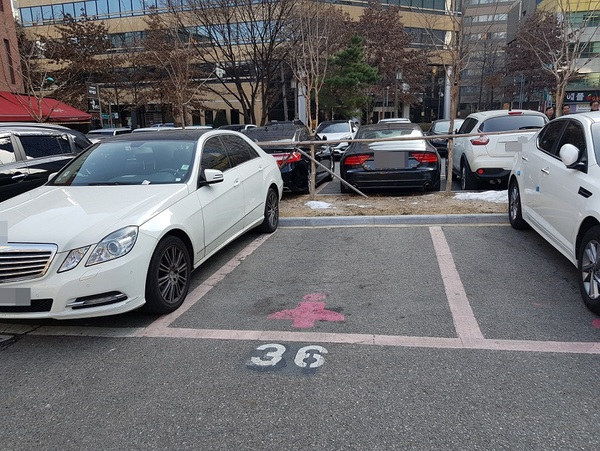 여성우선주차장 한 곳만 비어있는 서울의 한 공영주차장/사진=MBN