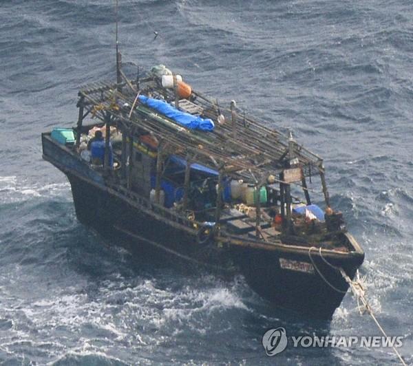 일본 홋카이도 무인도 주변서 발견된 북한 목선(2017년 11월)/ 사진=일본 해상보안청 제공
