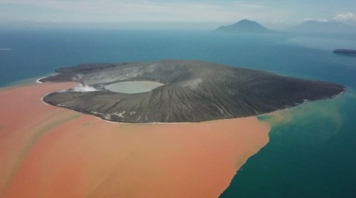2019년 1월 11일 기상전문매체 어스언컷TV 창립자인 제임스 레이놀즈가 촬영해 트위터에 공개한 인도네시아 아낙 크라카타우 화산의 현재 모습./ 사진=제임스 레이놀즈 트위터 캡처