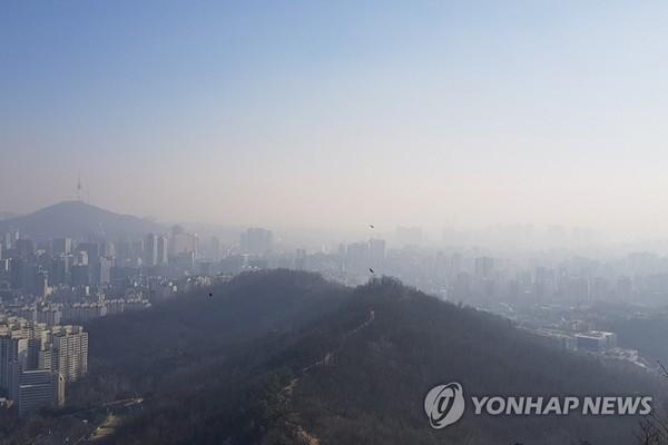 미세먼지 속에 갇힌 서울 도심/사진=연합뉴스