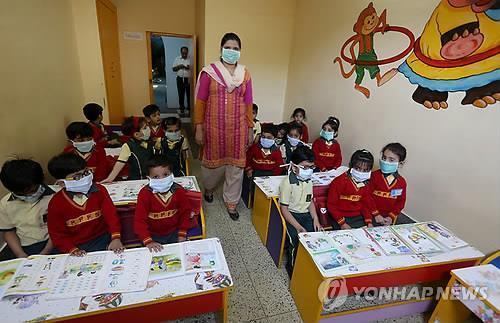 2015년 돼지독감이 크게 유행했을 때 마스크를 쓰고 수업받는 인도 어린이들 /사진=연합뉴스