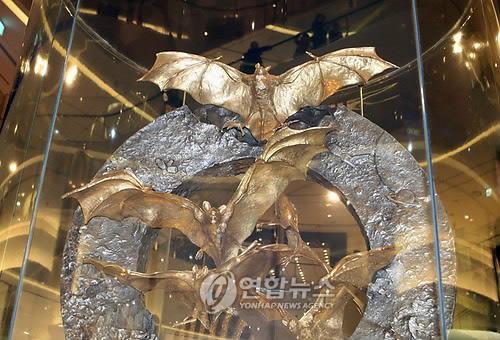 순금 황금박쥐 조형물/ 사진=연합뉴스