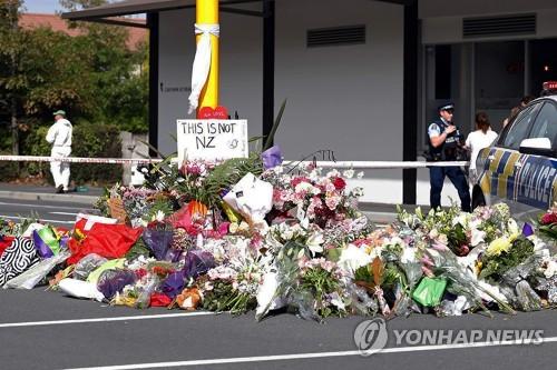 16일 뉴질랜드 총격테러가 벌어진 크라이스트처치 이슬람 사원 앞에 놓인 추모의 꽃 /사진=연합뉴스