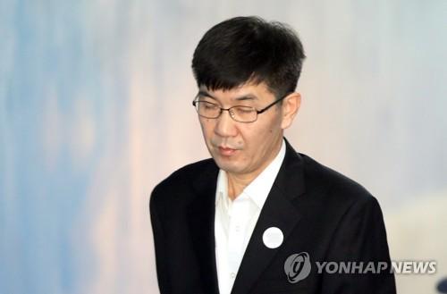 호송차에서 내리는 MB 재산관리인 이병모 /사진=연합뉴스