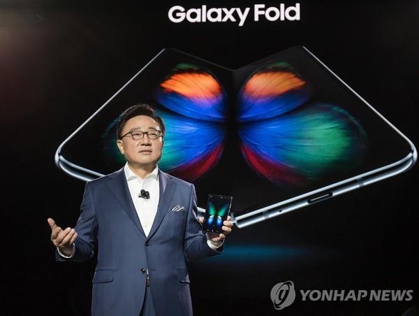 갤럭시 폴드 소개하는 삼성전자 고동진 IM부문장/사진=삼성전자 제공