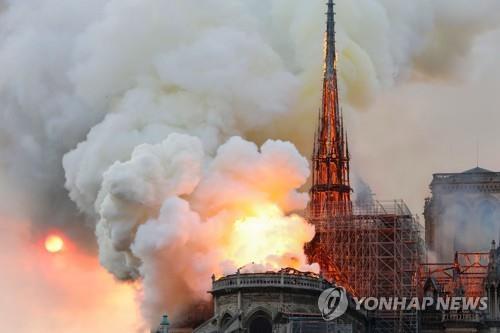 불길에 휩싸인 노트르담대성당/사진=연합뉴스