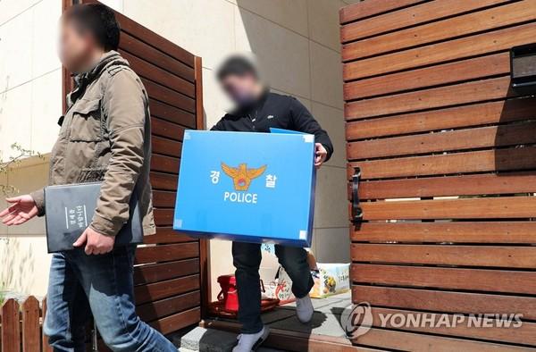 박유천 자택 압수품 가져 나오는 경찰 / 사진=연합뉴스