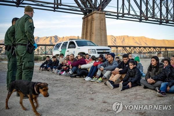 미국에 밀입국하려다 국경에서 체포된 브라질 이민자들 / 사진=연합뉴스