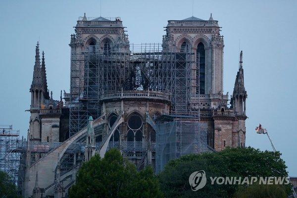 첨탑 잃은 노트르담 대성당 / 사진=연합뉴스