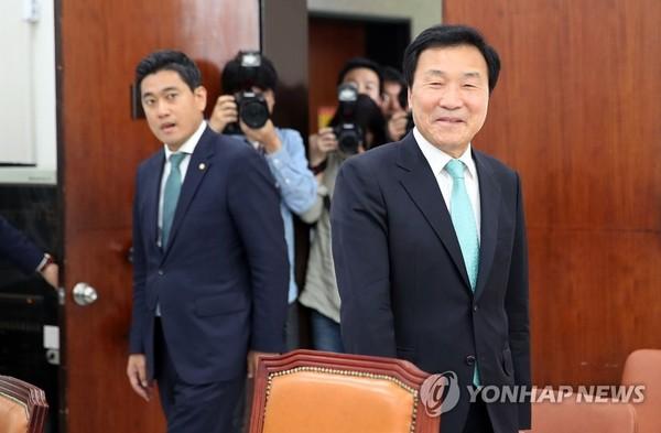 회의실 들어서는 손학규(오)와 오신환(왼) /사진=연합뉴스
