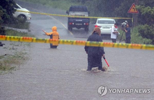 물에 잠겨 통제된 도로 /사진=연합뉴스