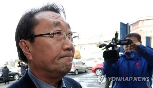 굳은 표정의 한규호 횡성군수 / 사진=연합뉴스