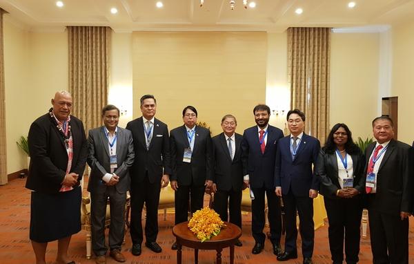 가짜뉴스, 미디어 디지털화 등 논의를 위한 다자간 회의 후 기념 촬영을 하고 있는 고삼석 방통위 상임위원(맨 오른쪽에서 세번째)
