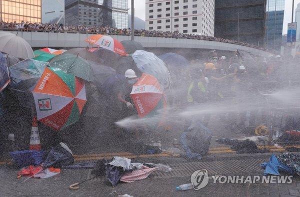 경찰 물대포를 맞고 있는 홍콩 시위대 / 사진=연합뉴스