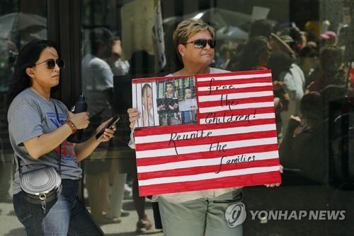 13일(현지시간) 미 시카고에서 열린 이민자 단속 항의집회에서 한 참가자가 '아이들을 석방하라'는 표지판을 들고 있다. /사진=연합뉴스
