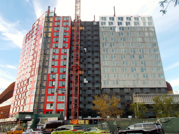 현재 미국 뉴욕에서 건설 중인 32층짜리 모듈러 임대주택. 일명 'B2 프로젝트'.<br />