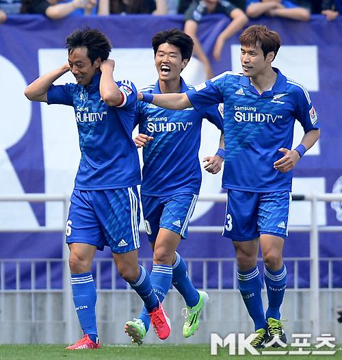 2015년 5월 출시한 수원 삼성의 창단 20주년 기념 레트로 유니폼은 수원 삼성 팬 사이에서 구매 열풍을 일으켰다. 사진=MK스포츠 DB